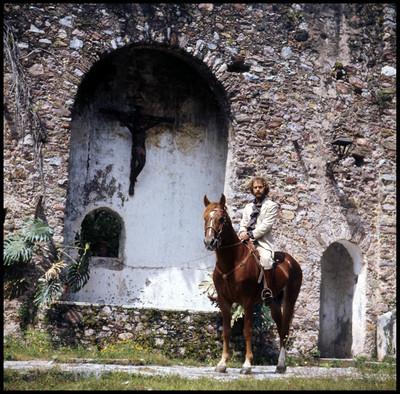 Hugo Stiglitz monta un caballo