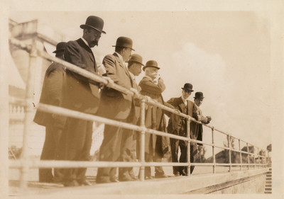 José Ives Limantour y periodistas en el puente que une los dos lagos