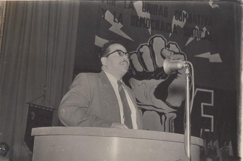 Rafael Galván pronuncia su discurso en una asamblea de la Federación Nacional de Trabajadores de la Industria y Comunicaciones Eléctricas, retrato
