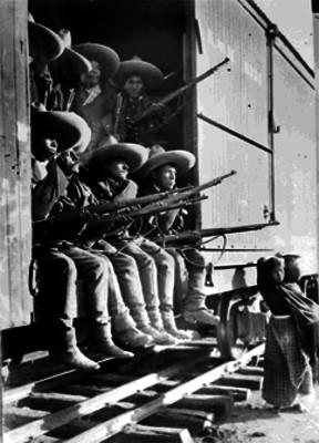 Tropas Rurales al mando de Higinio Aguilar a bordo de un ferrocarril