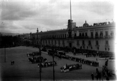 Porfirio Díaz presencia un desfile militar frente a Palacio Nacional
