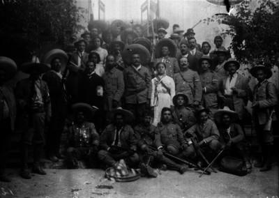 Revolucionarios en un jardín después de un banquete, retrato de grupo