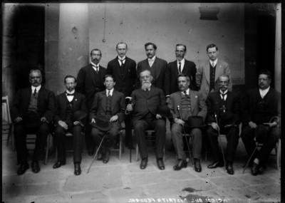 """Venustiano Carranza acompañado por la """"diputación del Distrito Federal"""", retrato de grupo"""