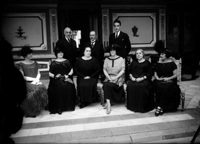 María Tapia de Obregón con diplomáticos y esposas en el Castillo de Chapultepec