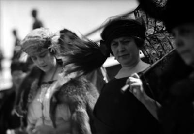 María Tapia de Obregón con varias mujeres probablemente en una fiesta de primavera