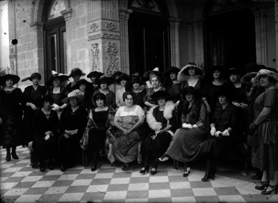 María Tapia de Obregón acompañada por esposas de embajadores en Chapultepec, retrato de grupo