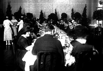 Alvaro Obregón y esposa durante banquete en un salón