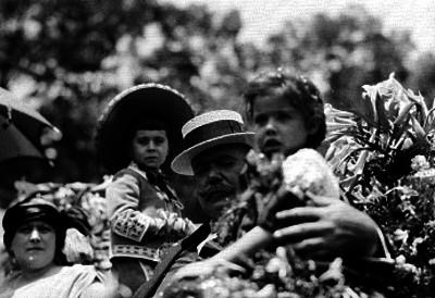 Alvaro Obregón acompañado por esposa e hijos en un carruaje