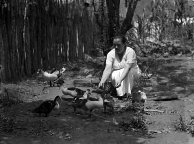 Concepción Acevedo de la Llata dando de comer a unos patos
