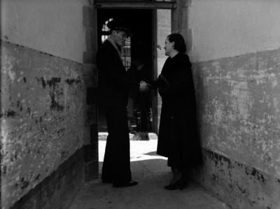 Madre conchita en la penitenciaría saludando de mano a un oficial