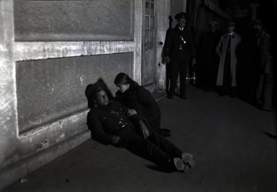 Policías y Tina Modotti reconstruyendo los hechos del asesinato de Julio A. Mella