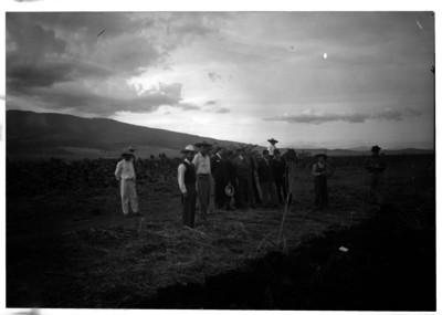 Lázaro Cárdenas con campesinos en el campo