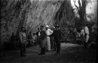 Lázaro Cárdenas con ingenieros y trabajadores frente a una montaña