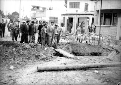 Andrés Serra Rojas con funcionarios supervisando obras públicas