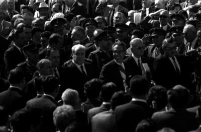 Gustavo Díaz Ordaz y comitiva caminan entre la multitud durate una ceremonia