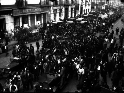 Trabajadores en un cortejo únebre por las calles de la ciudad
