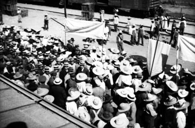 Manifestacion de trabajadores por una calle
