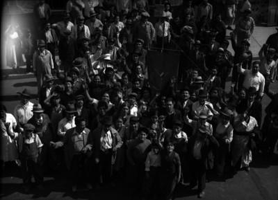 Manifestantes portando un estandarte de la Unión de Resistencia de Comerciantes en pequeño semifijos y ambulantes