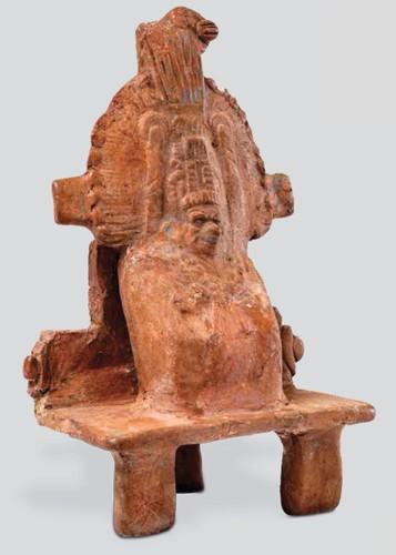 Figurilla de enano ricamente ataviado en trono