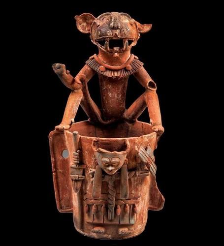 Urna con personaje con máscara de jaguar