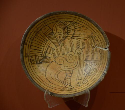 Plato con el símbolo cuauhtli (águila)