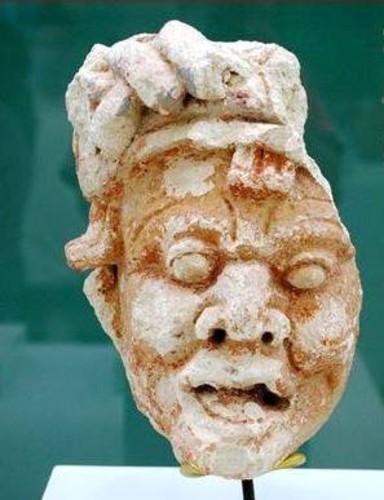 Elemento de fachada: cabeza de ave y rostro
