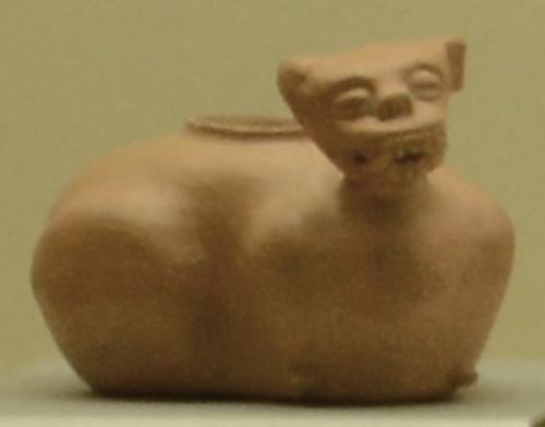 Vasija zoomorfa que representa a un felino