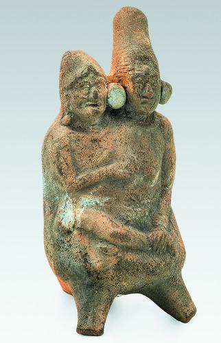 Figurilla de mujer joven abrazada por un anciano