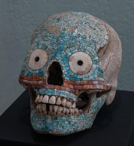 Cráneo antropomorfo, decorado con concha, coral y turquesa