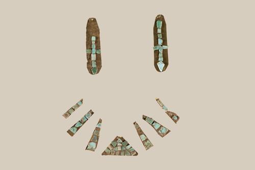 Ornamento de oro laminado con aplicaciones de turquesa