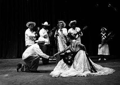 Bailarines ejecutando un baile veracruzano en un teatro