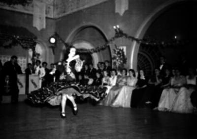 Bailarina presentando una danza de flamenco en una fiesta