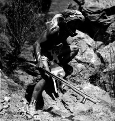 Bailarin ejecutando una danza prehispánica