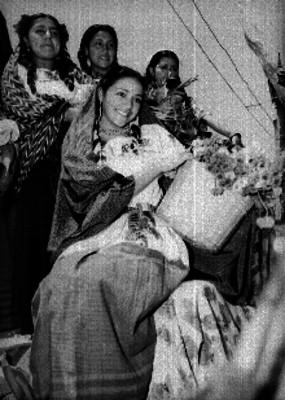 Bailarinas con flores durante un evento social