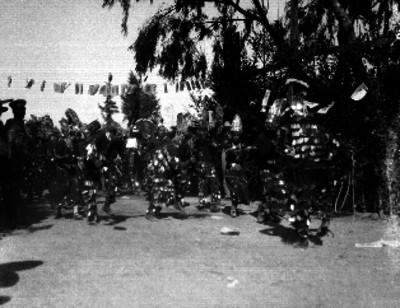 Bailarines interpretando una danza folclórica en una calle