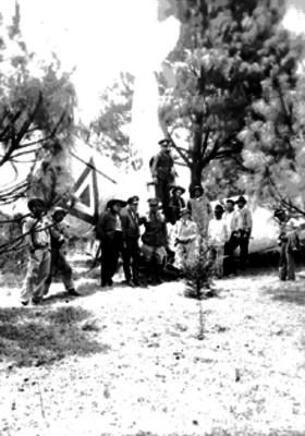 Militares y otras personas junto a un avión de la Fuerza Aérea que cayó en un bosque, retrato de grupo