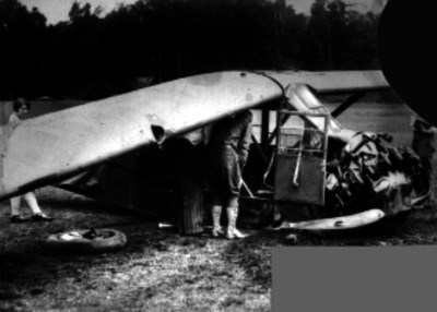 Hombres revisan los restos de un avión