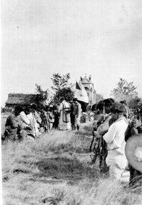Soldados cristeros recibiendo bendiciciones de un sacerdote