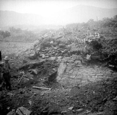 Hombre frente a edificio en excavación