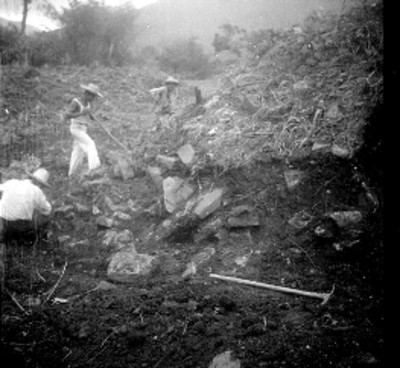 Trabajadores en excavación en el Edificio A