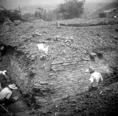 Trabajadores realizan excavación del edificio B