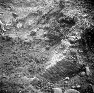 Trabajadores sentados junto a edificio en excavación