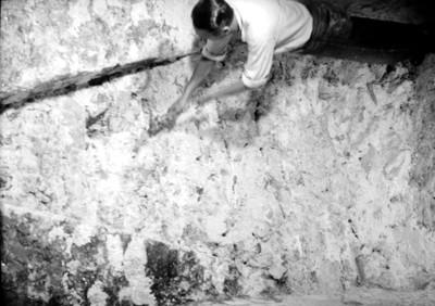 Arqueólogo durante la exploración a la Tumba de Pakal
