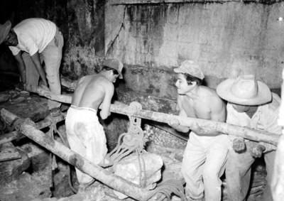 Hombres durante la remoción de una piedra al interior del Templo de las Inscripciones