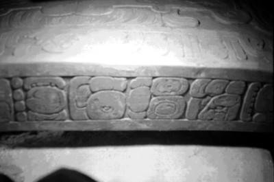 Glifos mayas, contorno de la lápida en la tumba de Pakal, detalle