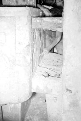 Hombre realiza trabajos en los relieves de la tumba de Pakal