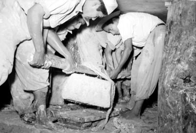 Hombres durante el traslado de material arqueológico de la Tumba de Pakal
