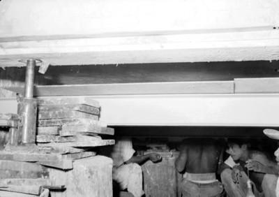 Hombres bajo la lápida de Pakal durante los trabajos de exploración