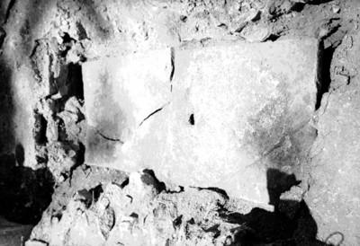 Bloque de piedra perforada en proceso de excavación