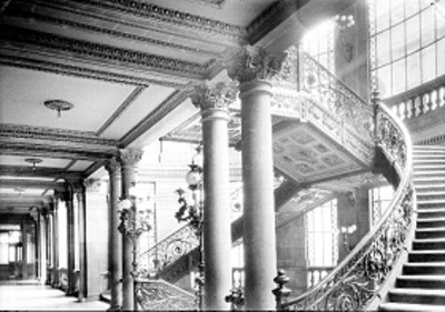 Columnas y escaleras de la Secretaria de Comunicaciones, interior